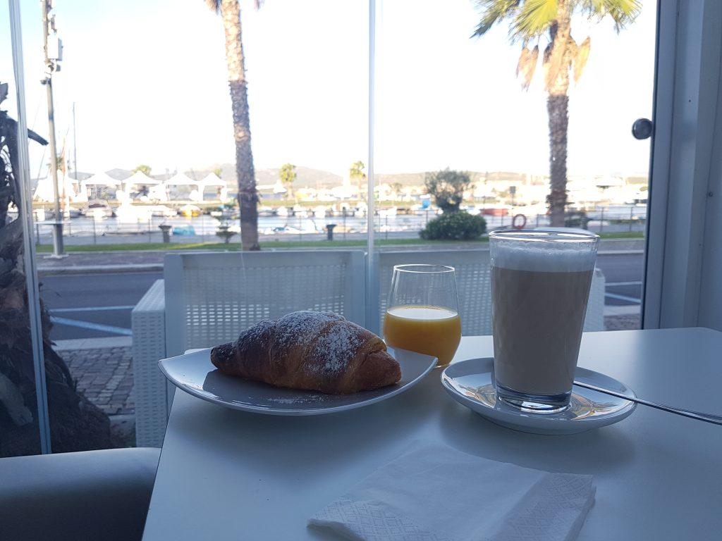 Frühstück in Golfo Aranci mit Blick auf das Wasser