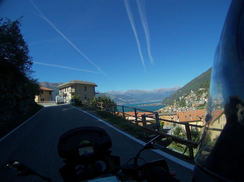 Der Lago die Como lugt durch die Häuser