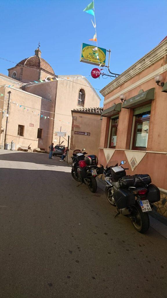 Vor der Bar und der Kirche in Nurri
