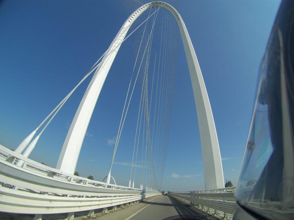 Abenteuerliche Brückenkonstruktion
