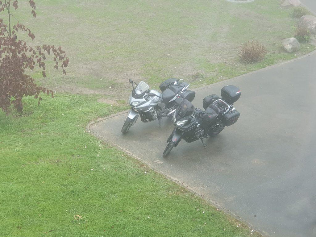 2 Motorräder auf dem Parkplatz