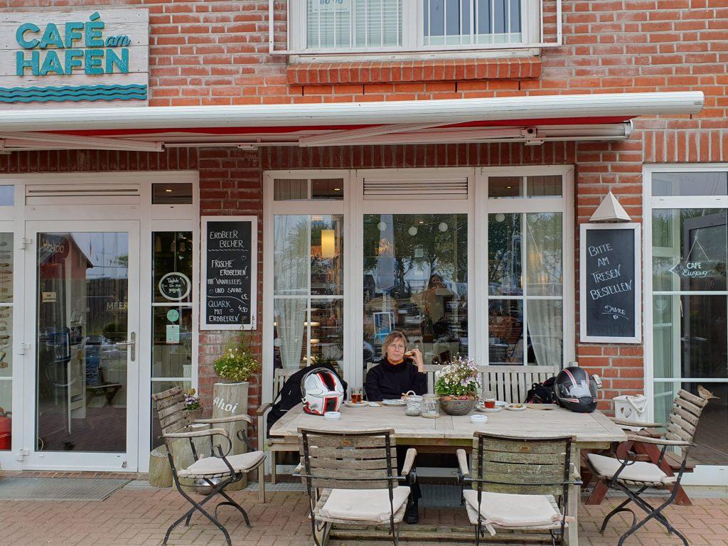 Vor dem Café in Orth