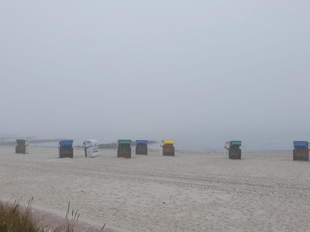 Nebelige Strandstimmung in Hohwacht