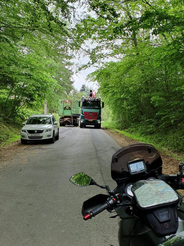 LKW versperrt den Weg