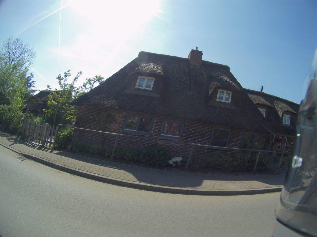Reetbedeckte Häuser, wohin man schaut