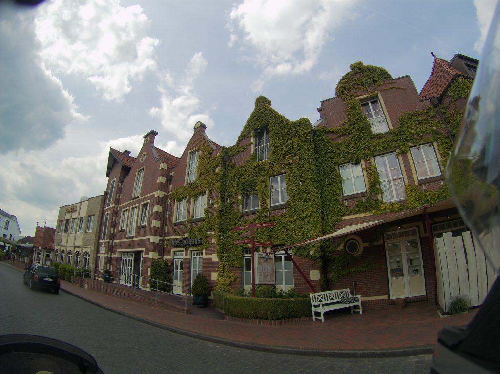 toll bewachsene Häuser