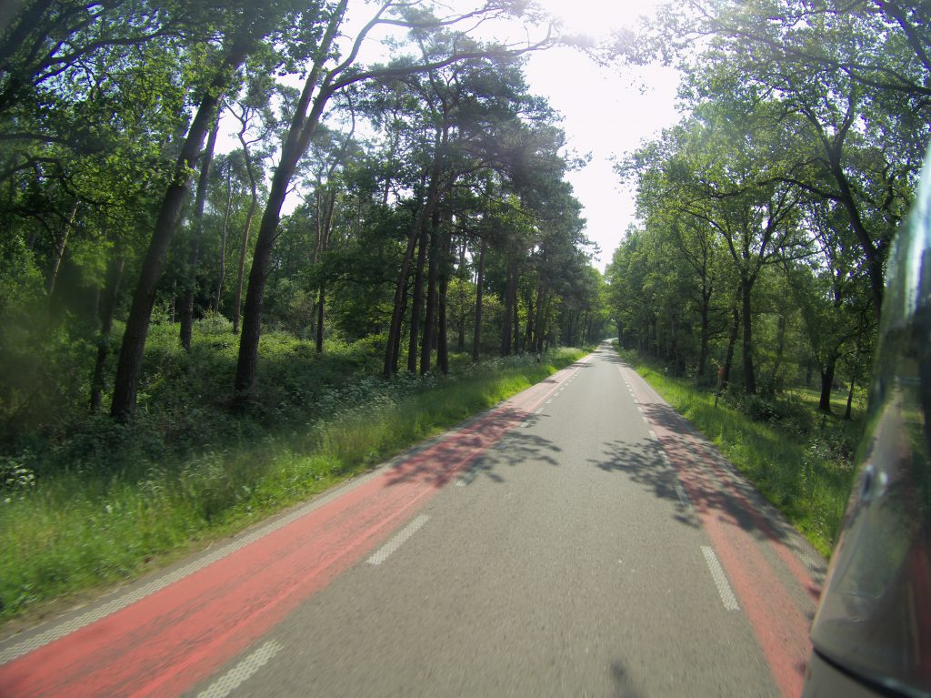 Straße mit Fahrradweg