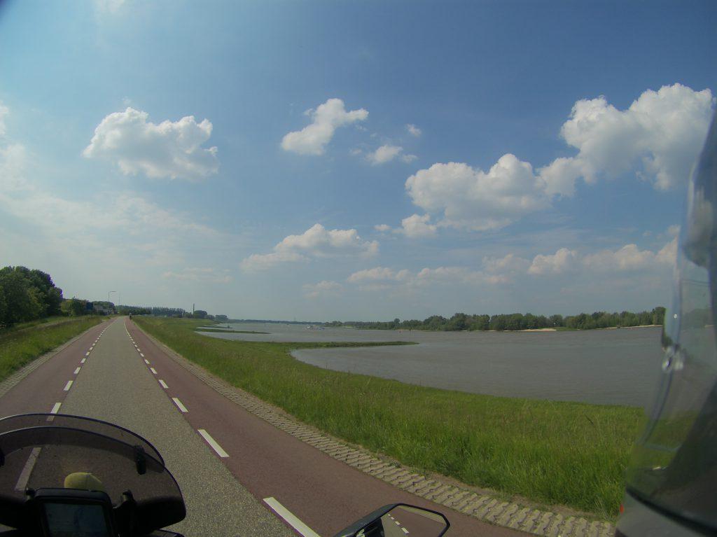 Der Rhein mit grünen Ufern