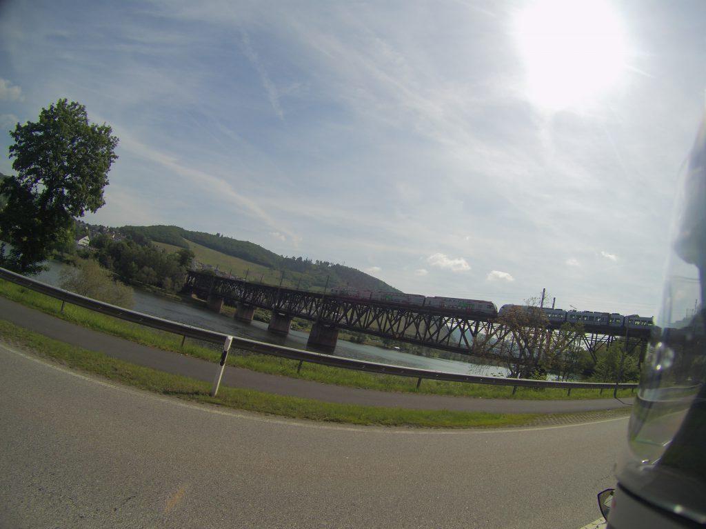 Doppelstockbrücke in Alf-Bullay - mit Zug