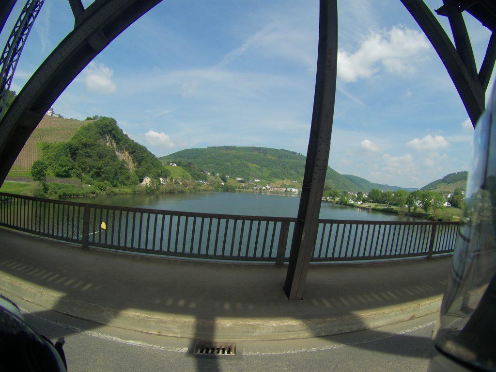Blick aus der Brücke auf die Mosel