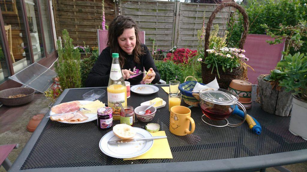 Frühstück auf der heimischen Terrasse