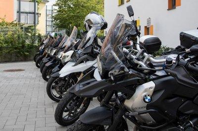 Die Motorräder in Reih und Glied
