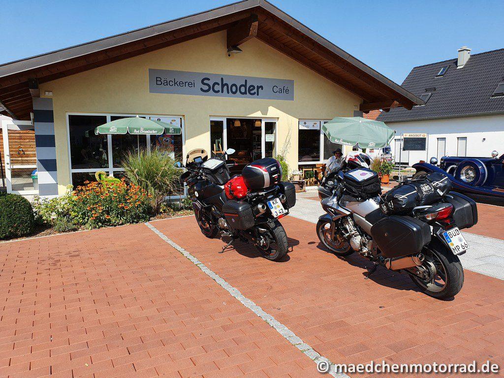 Motorräder auf ihrem sonnigen Parkplatz