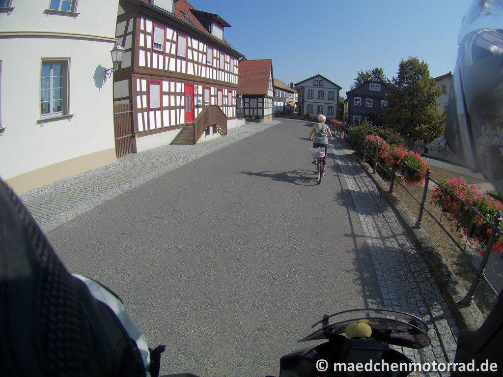 freundliche Dame auf Fahrrad