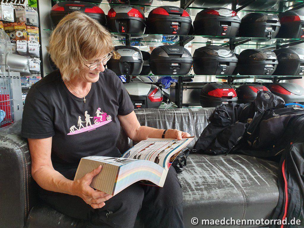 Monika blättert in den 1000 Seiten vom Zubehörkatalog