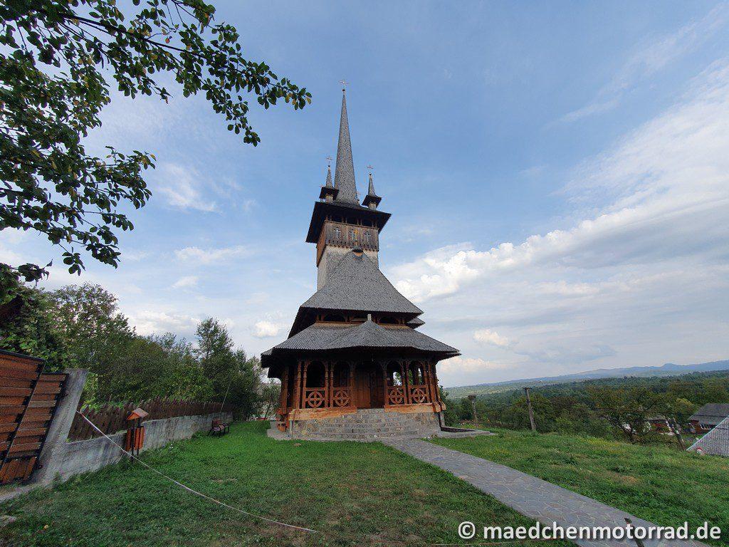 Eine der Holzkirchen in Desesti