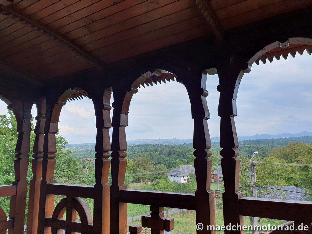 Blick von der Kirche in die Berge