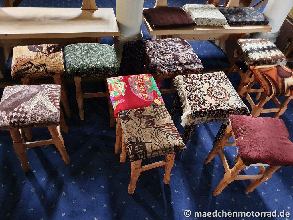 Besondere Stühle in der Kirche