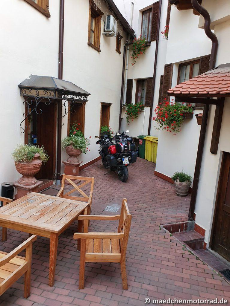 Sicherer Platz im Innenhof - mitten in Schäßburg