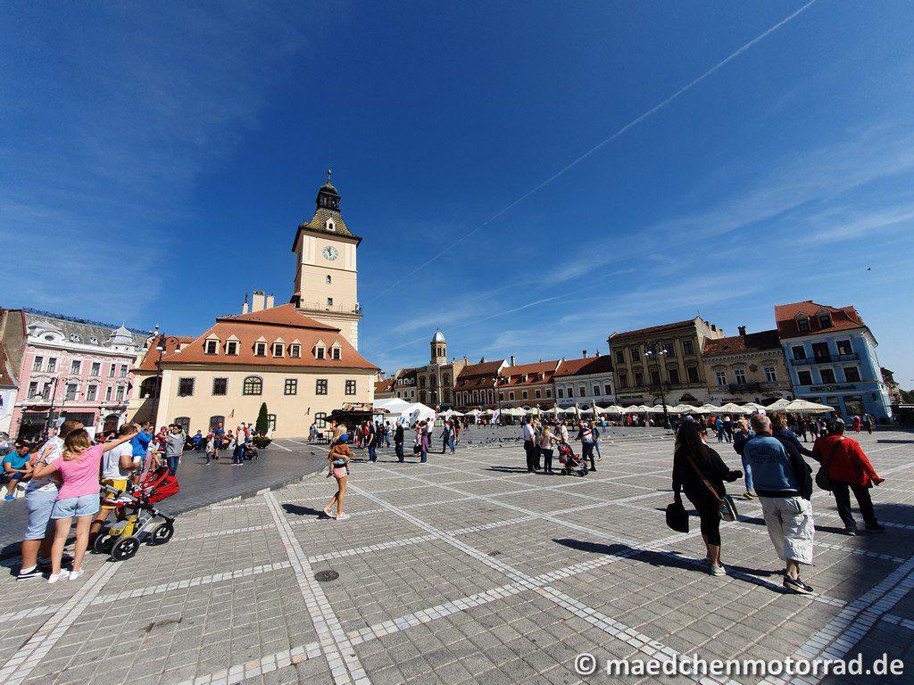 Der Marktplatz mit seinem imposanten Rathaus
