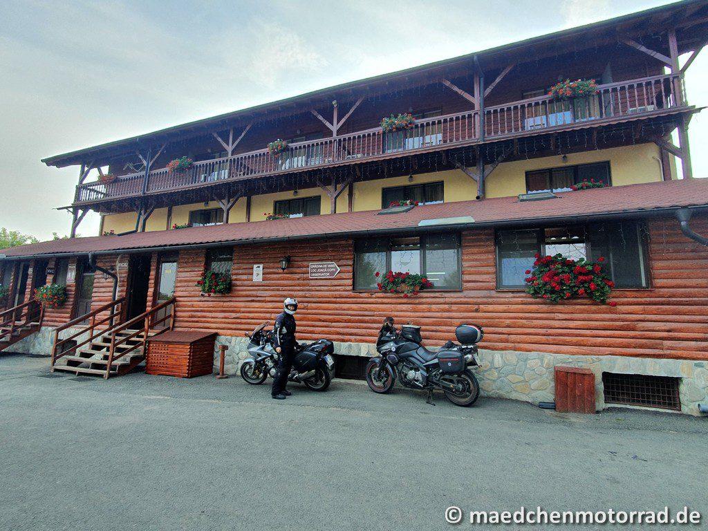 Motorräder sicher geparkt vorm Hotel