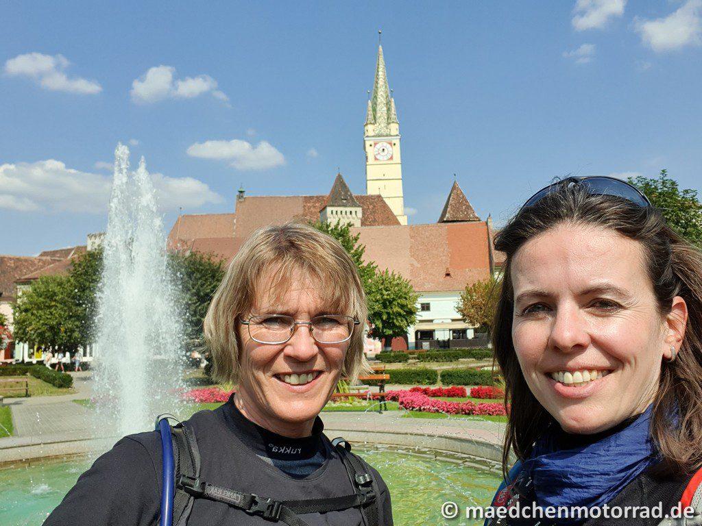 Zwei Frauen im Park in Medias