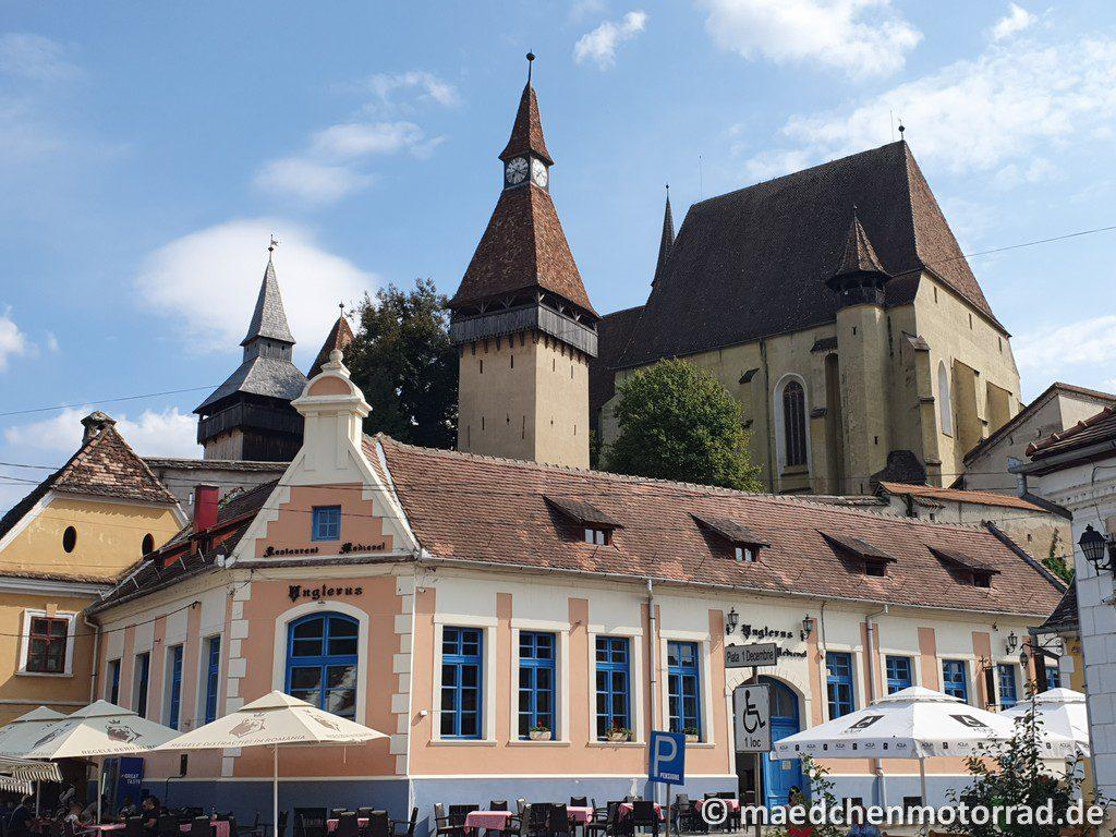 Kirchenburg mit Restaurant am Fuße
