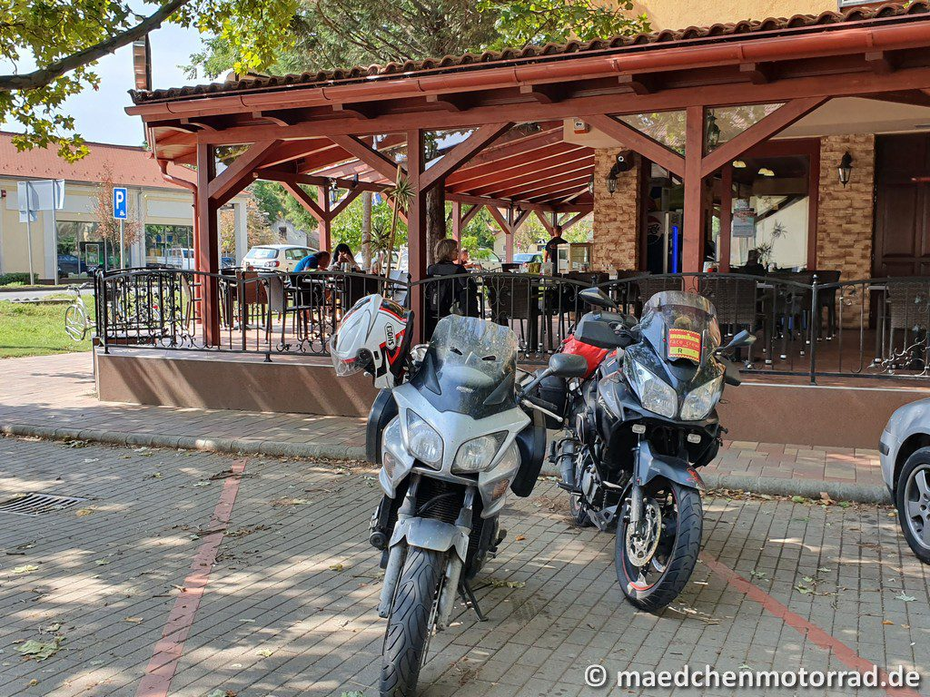 Motorräder stehen im Schatten