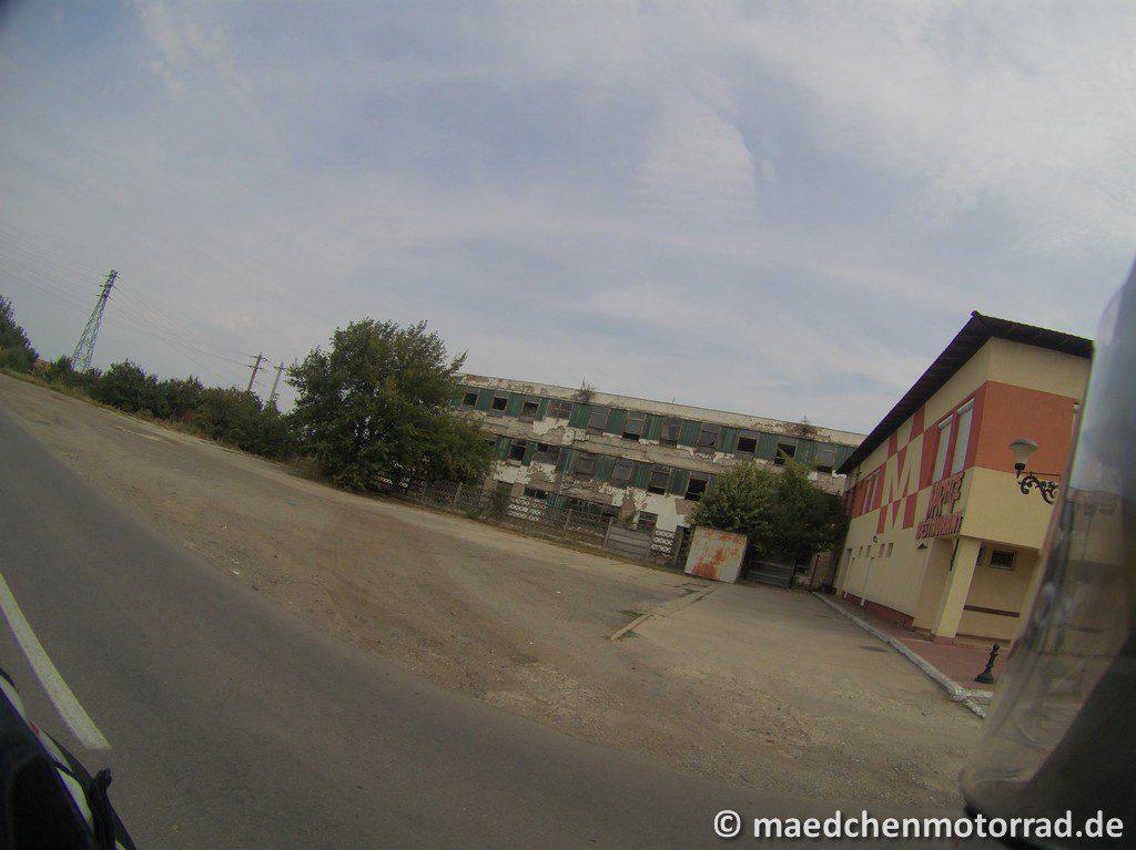 Die ersten Gebäude auf rumänischer Seite
