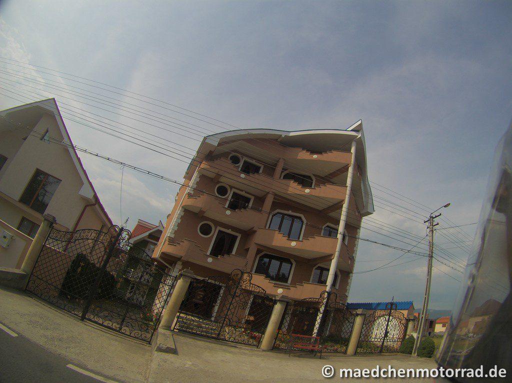 Abstrakte Bauten am Straßenrand