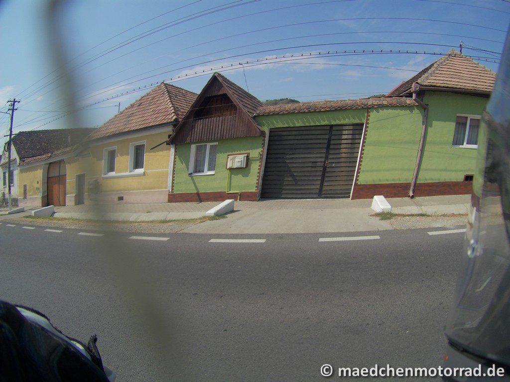 Aber auch teilweise kunterbunte Häuserzeilen am Straßenrand