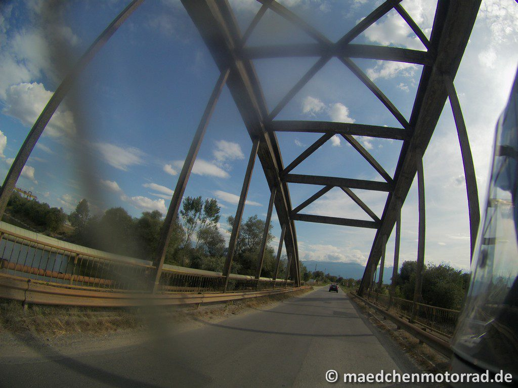 Eine Eisenbahnbrücke wie ein Tor zur anderen Welt - Blick auf das Fagarasch-Gebirge