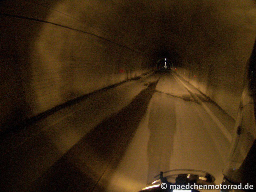 Düsterer Tunnel durch den Berg