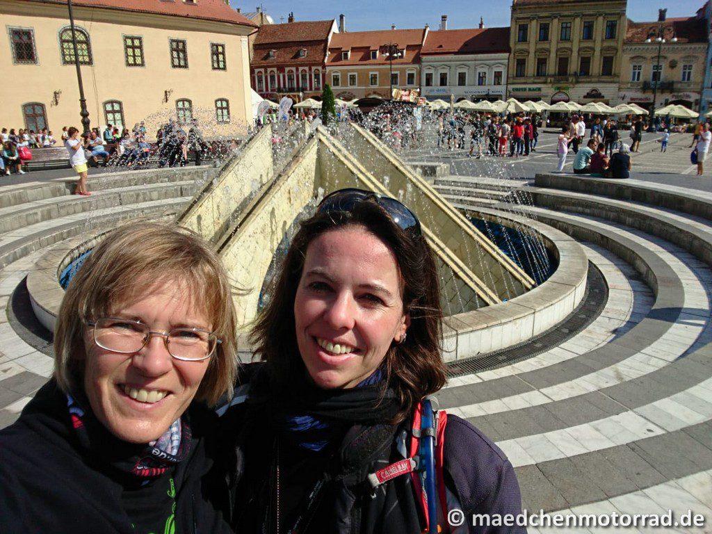 Selfie vorm Brunnen