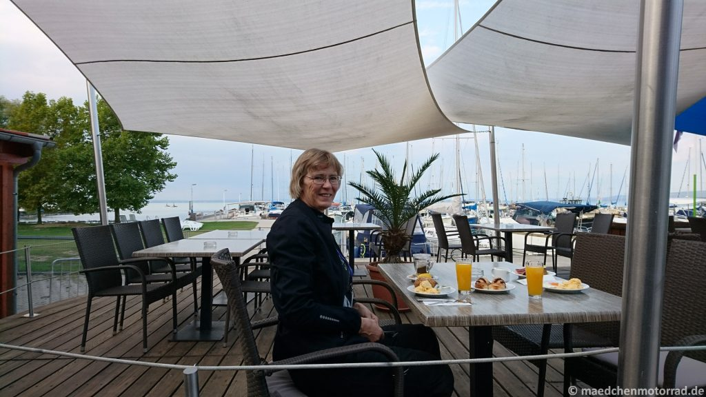 Frühstück auf der Terrasse - hatten wir auch die letzten Tage nicht