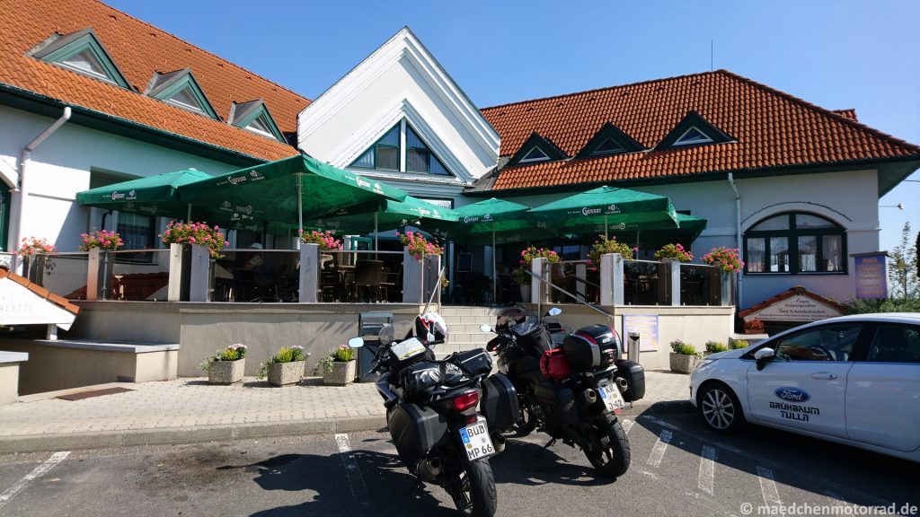 Kaffeepause - die Motorräder wie immer unter unseren wachsamen Augen