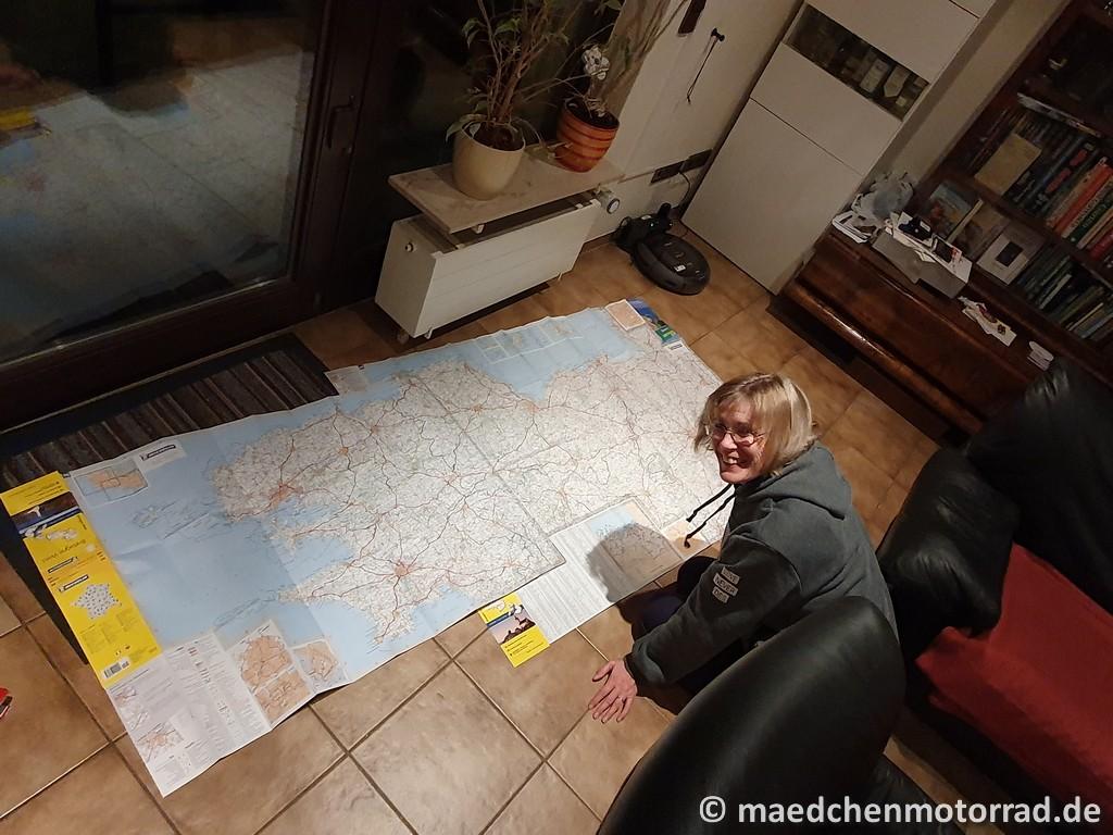 Monika vor einer Landkarte