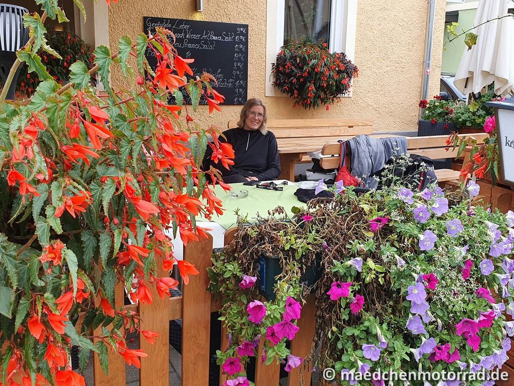 Kaffee im Blumenmeer