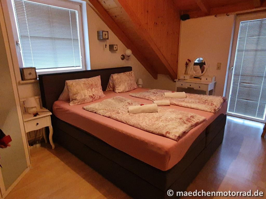 Bett, Esstisch und Trockenraum