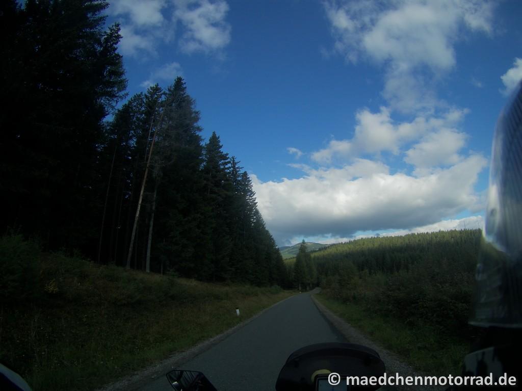 Und Schatten hinterm Hügel