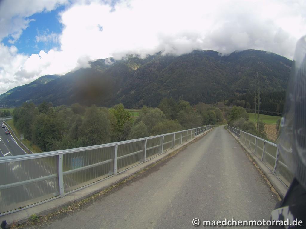 Brücke über die Bundesstraße